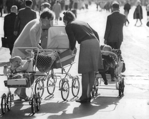 """Supermuttis in den 60ern unter sich. Quelle: Zentralbild Spremberg, Ge. 27.7.1967 """"Und wann werde ich endlich bestaunt?"""", Berlin via Wikimedia Commons, http://commons.wikimedia.org/wiki/File:Bundesarchiv_Bild_183-F0727-0008-001,_Berlin,_Straßenszene.jpg"""