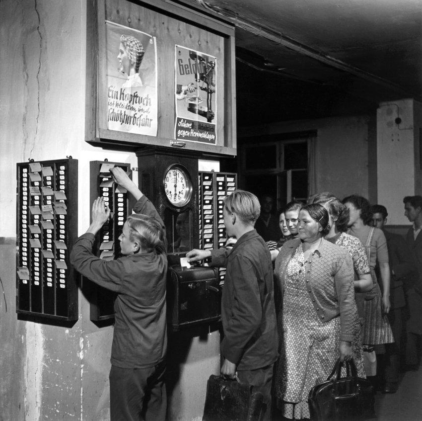 Präsenzkultur und Mütter: Wir brauchen eine Abwesenheitskultur, Foto: Arbeiter an der Stechuhr, um 1950, Kienzle Taxameter, Villingen (Uhrenindustriemuseum Villingen-Schwenningen)