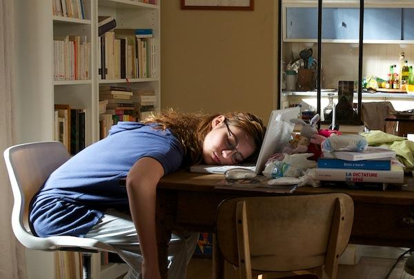 """Total erschoepft - Barbara (Louise Bourgoin) zwischen Abschlussarbeit und Babystress, Kinofilm """"Ein freudiges Ereignis"""" (Camino Filmverleih GmbH)"""