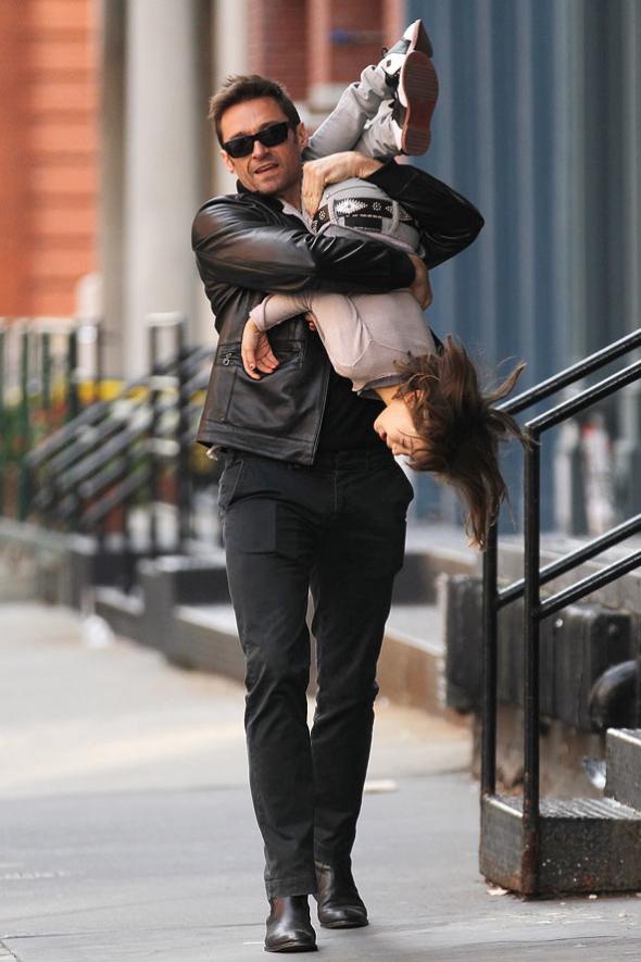 """Vorzeigepapa Hugh Hackmann: """"Für sein Töchterchen tut der Hollywoodstar einfach alles! Hugh Jackman (41) quetschte sich auf dem Spielplatz sogar eine viel zu kleine Rutsche hinunter – nur um die vierjährige Ava zum Lachen zu bringen.""""  (Quelle: BUNTE, 2009, http://www.bunte.de/stars/hugh-jackman-der-vorzeige-papa-hollywoods-46286.html)"""