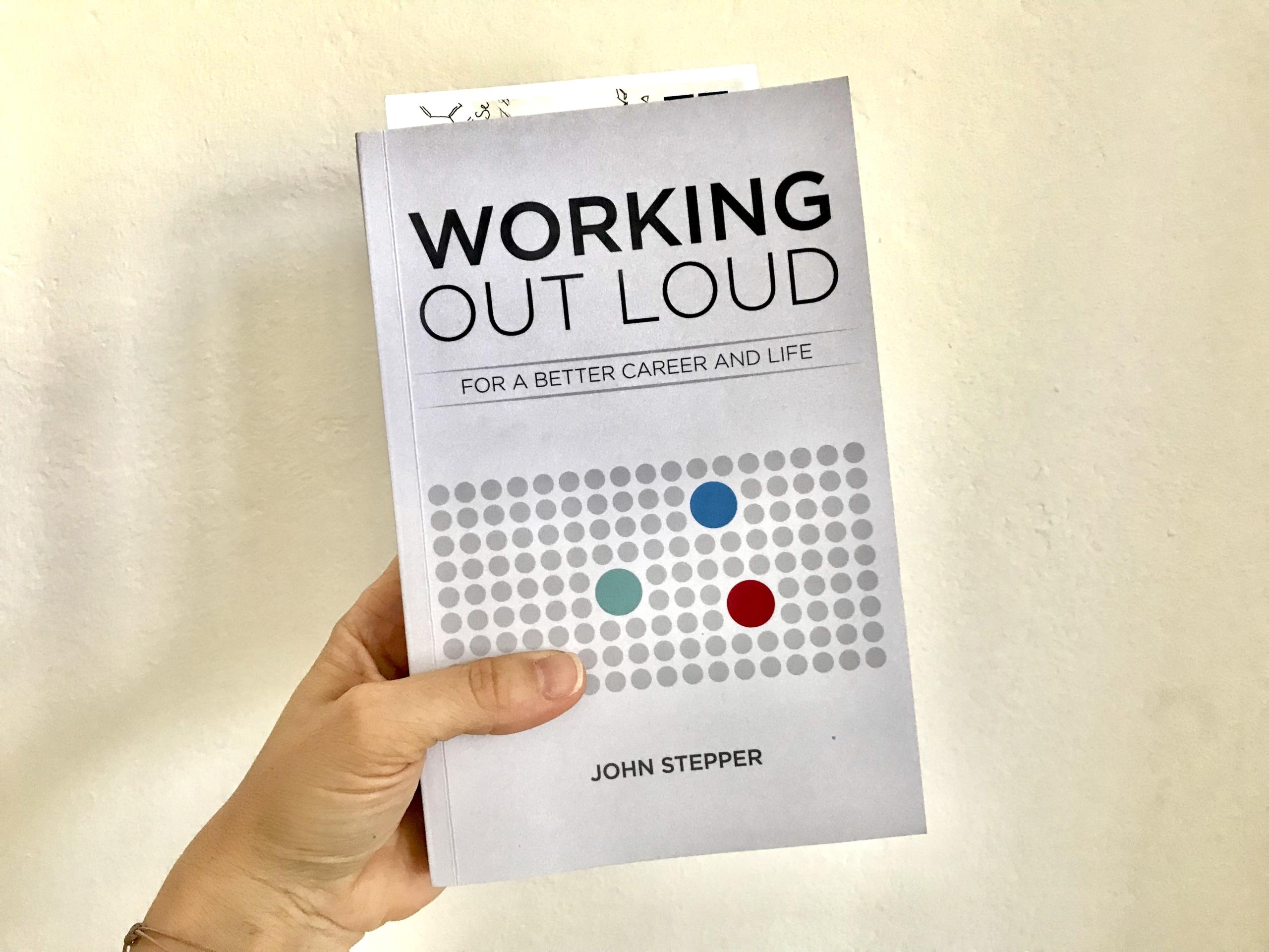 """Buch """"Working Out Loud"""" von John Stepper in der Hand gehalten, aus """"10 Beiträge, die mir geholfen haben, Working Out Loud zu verstehen und anzuwenden"""""""